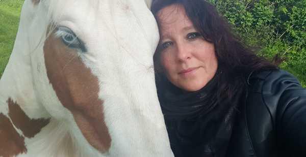 une-praticienne-diplomee-cheval-mediation-equine-joker